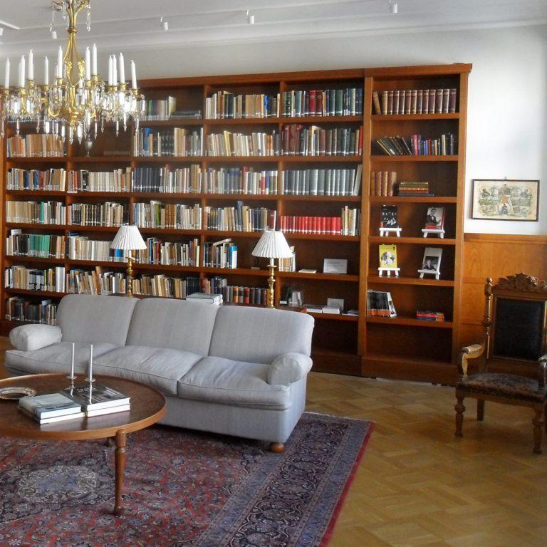 Salaovi kirjahyllyssä