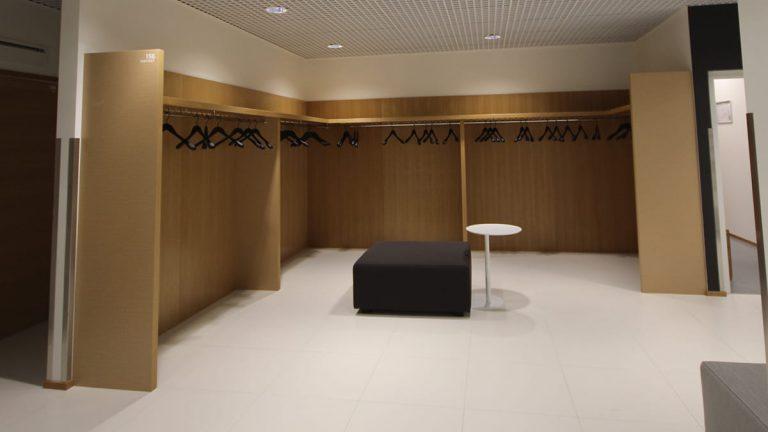 Toimistotilan aulan kulmamallinen naulakko