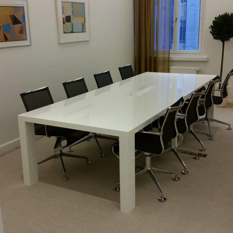 Neuvottelutilan kiillotettu pöytä