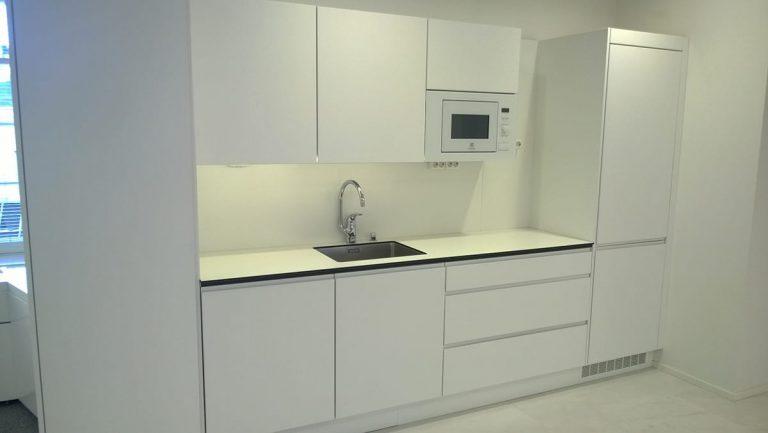 Toimiston taukotilan valkoinen vetimetön keittiö